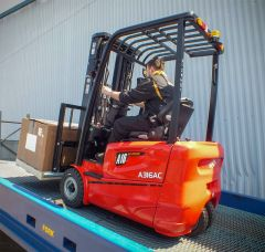 3 wheel electric forklift 1300kg capacity - Hangcha in action
